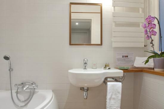 HotelHome Paris 16: Bathroom