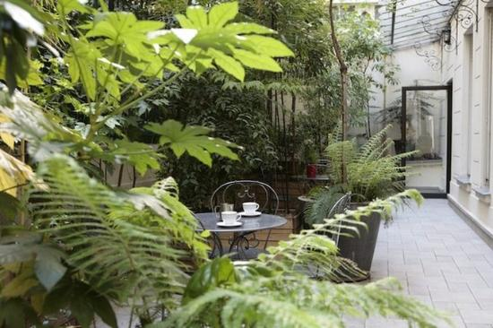 HotelHome Paris 16: patio