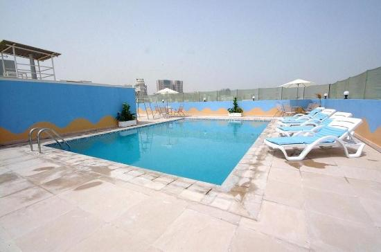 Golden Square Suites: Pool