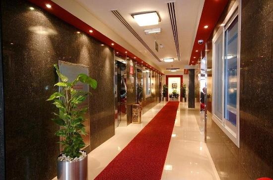 Golden Square Suites: Lobby