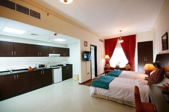 Golden Square Suites: Deluxe Twin