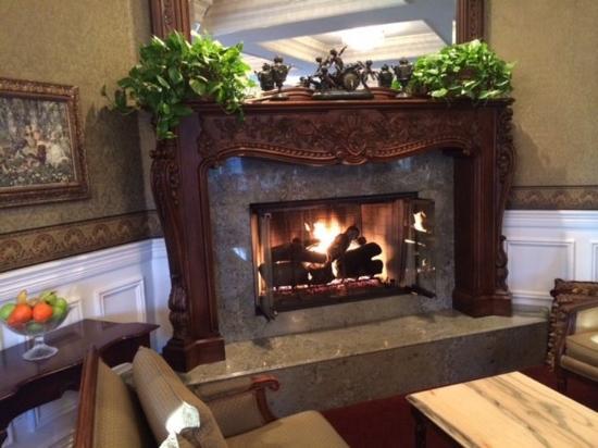 Santa Ynez Inn: Dining rom fireplace