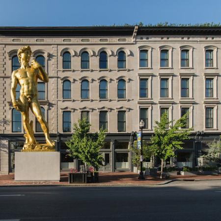 21c Museum Hotel Louisville: Exterior With David