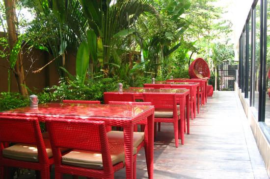 The Cottage Suvarnabhumi: Outdoor Terrace Amigos Restaurant