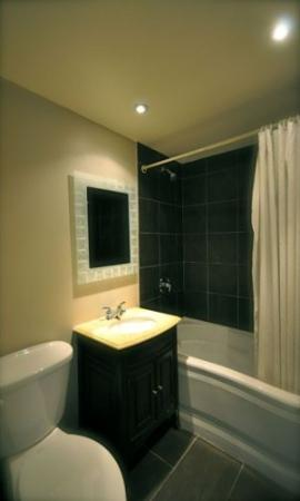Hotel Dorval - Beausejour Apartments : Guest Room Bath