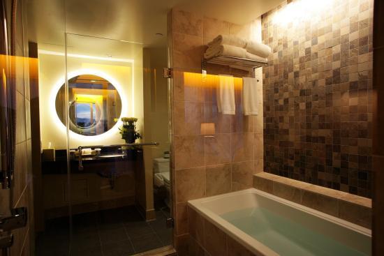 Miyako Hybrid Hotel: Room Bathroom