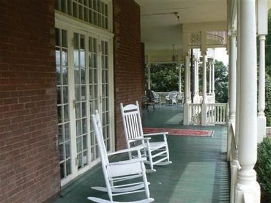 The Carriage House Inn Bed and Breakfast : Porch