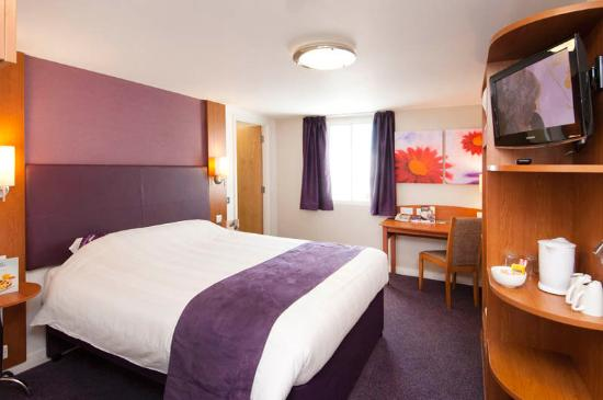 Premier Inn Liverpool North Hotel: Room