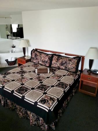 Americas Best Value Inn & Suites Northfield: One King Jacuzzi Suite