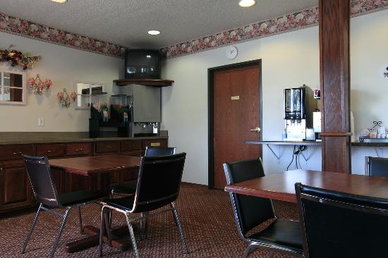 Americas Best Value Inn & Suites Northfield: Breakfast Area