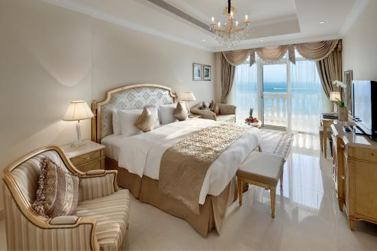 Kempinski Hotel & Residences Palm Jumeirah: King size bedroom in a suite