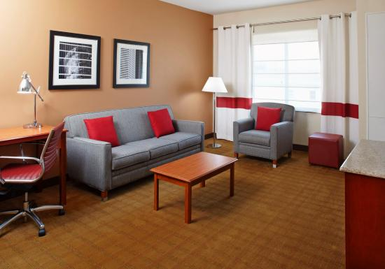 Four Points by Sheraton Houston Hobby Airport: Suite Living Room