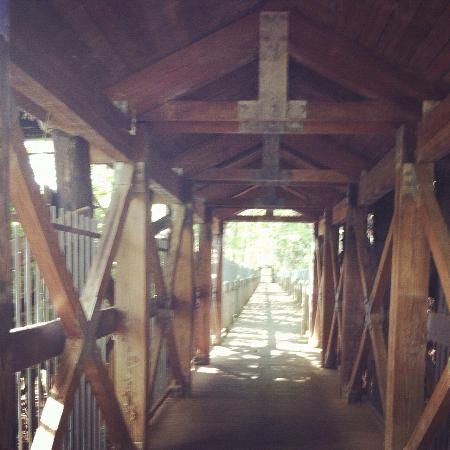 Columbus Riverwalk: Covered bridge