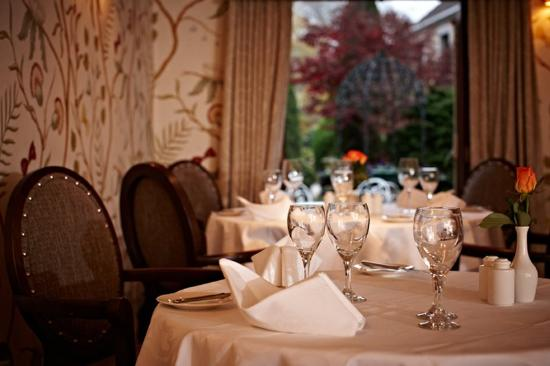 Greenhills Country Hotel: Restaurant With View To Gardens