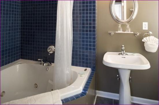 Inn at the Villa: Bathroom-Jetted Tub