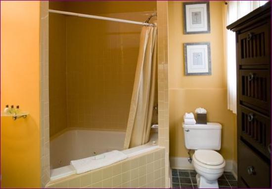 Inn at the Villa: Bathroom - Jetted Tub