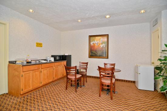 Americas Best Value Inn : Breakfast Area