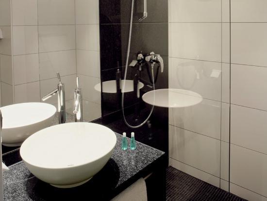 Motel One Wien Westbahnhof: Bathroom