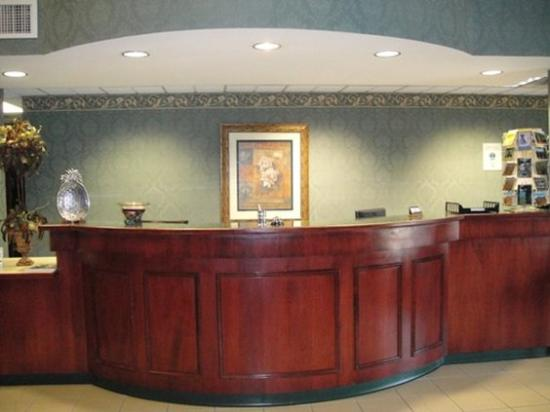 Grand Vista Hotel & Suites: Front Desk