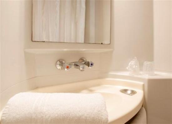Premiere Classe Biarritz: Shower Room