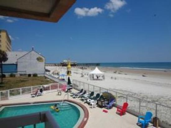 Roomba Inn & Suites: Pool View