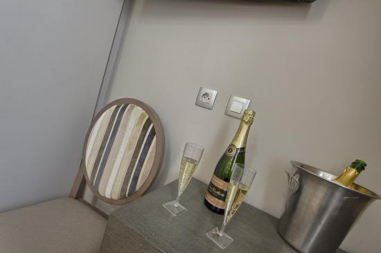 Hotel Villa Margaux Opera Montmartre: we propose wine and champagne