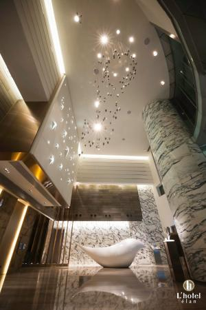 L'hotel elan: L'hotel élan entrance lobby