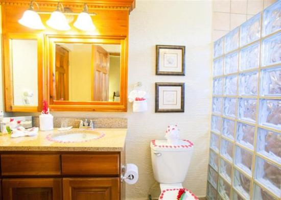 Clarion Suites Roatan at Pineapple Villas: Room