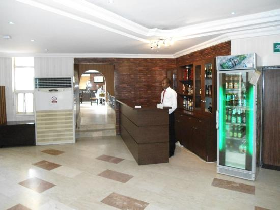Savannah Suites Hotel: Bar