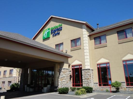 Holiday Inn Express Hotel & Suites Olathe North: Hotel Exterior