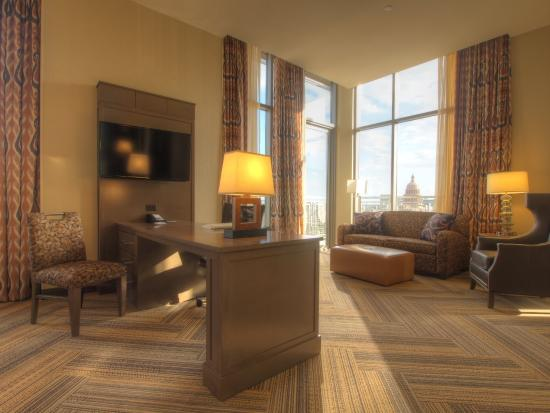 Hampton Inn & Suites Austin at The University/Capitol: Suite With Capitol View