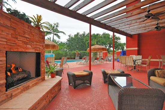Best Western Plus Palm Beach Gardens Hotel & Suites & Conference Center: Fireplace Terrace