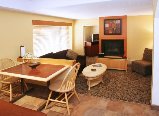 Mountain Side Hotel Whistler by Executive: Bedroom