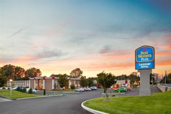 Best Western Plus Lockport Hotel : Evening Exterior View