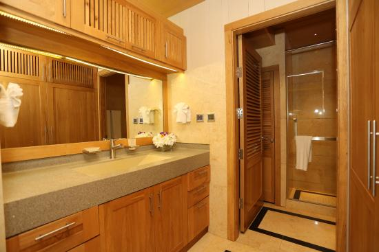 One On Marlin: Shower Room