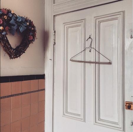 Heritage House Inn Bed and Breakfast : Bathroom door leading to hallway