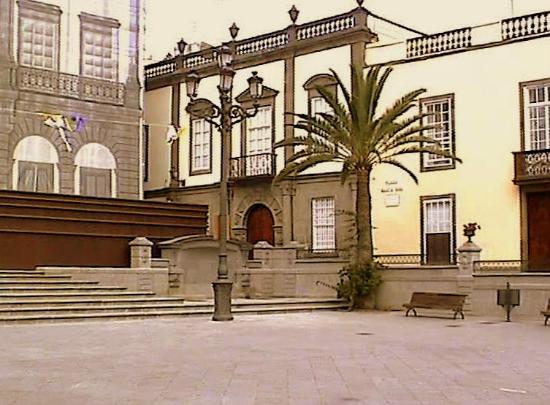Plaza de Santa Ana: La Casa Regental junto a la Consistorial, en obras (foto de 2003)