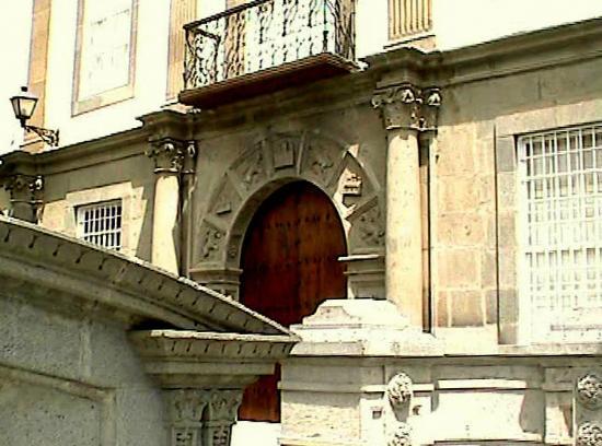 Plaza de Santa Ana: Portal de la Casa Regental, antigua residencia del presidente de la Real Audiencia.