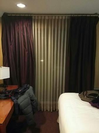 Executive Suites Hotel Burnaby: Windows don't have proper curtain!  Dark one for decorating,  not movable!  White can see lights