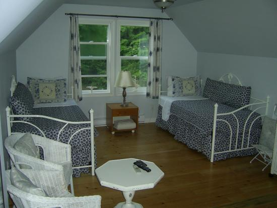The Artist and The Quiltmaker - Victorian B & B : Serenity Suite - two twin beds