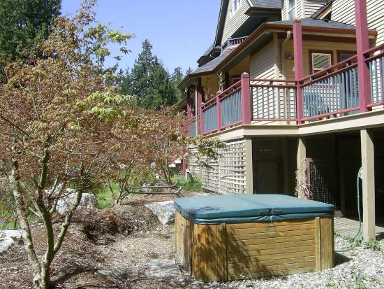 The Artist and The Quiltmaker - Victorian B & B : Private Hot Tub - surrounded by Japanese Maples