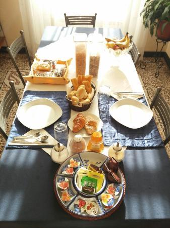 Casa Aurora B&B: L'invitante colazione :)