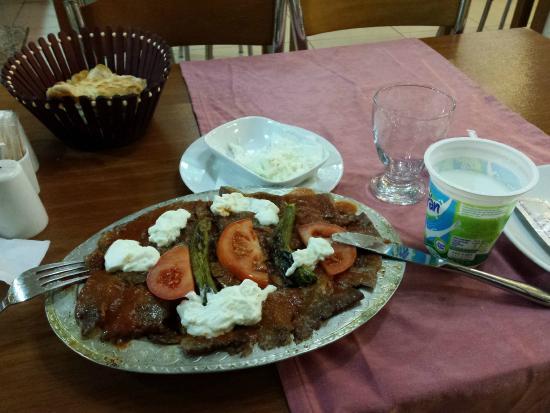 Seos Cafe & Restaurant: Beef kebab with tomato sauce and yoghurt, pita bread, ayran