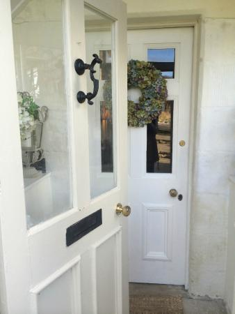 The Manor House B&B: Such a cute front door with a beautiful wreath