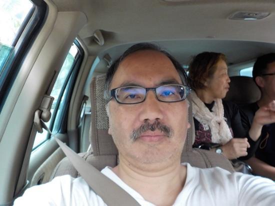 Yuanyang Pengtian: 家族旅行の車(中国人)に便乗