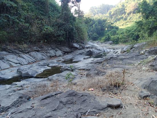 La Union Province, ฟิลิปปินส์: river bedrock feeding the falls on top