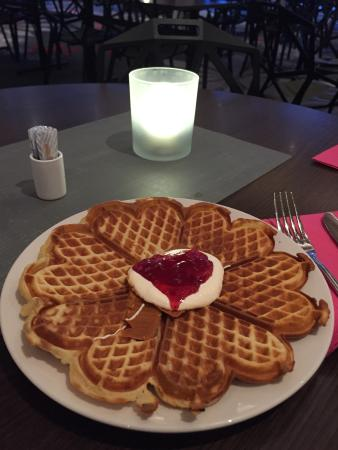 Clarion Collection Hotel Aurora: Must try the waffles, they r delicious!