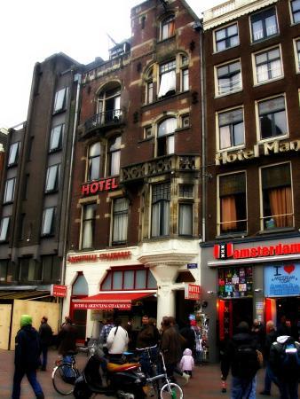 Hotel Manofa: Facciata esterna dell'hotel che si affaccia su Damrak Street