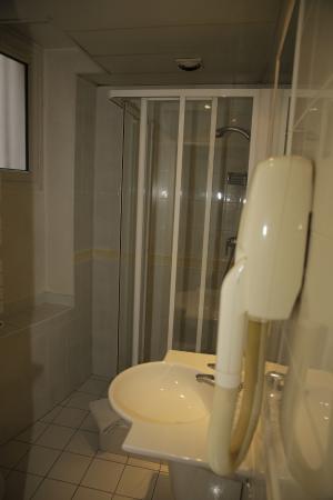 Hotel Mederic Paris 17 Salle D Eau Avec Grand Lavabo Douche Et