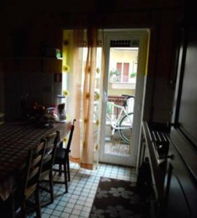 B&B Danilo Roma: in der Küche wird das Frühstück bereitgestellt, hier befindet sich auch ein Kaffeeautomat